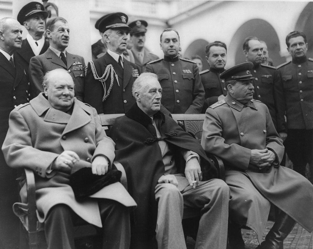 Winston Churchill, Franklin D. Roosevelt et Joseph Staline à la Conférence de Yalta, le 9 février 1945